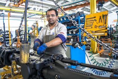 Trabalhador atuando em uma fábrica de tratores em Mogi das Cruzes, Brasil ²