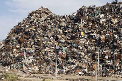 O acúmulo de resíduos em lixões e aterros sanitários compromete os solos urbanos