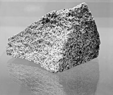 Diorito, exemplo de rocha ígnea intrusiva ou plutônica
