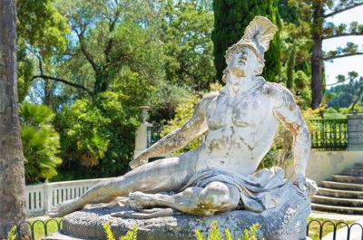 Estátua de Aquiles com o calcanhar atingido por uma flecha