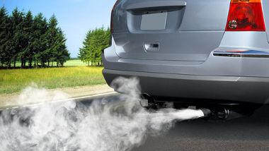 A combustão de combustíveis fósseis por automóveis libera gases poluentes para a atmosfera