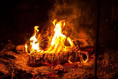 A fogueira é um exemplo de reação de combustão