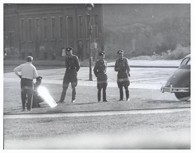 Soldados da Alemanha Oriental tentam impedir jornalistas de tirarem fotos no Muro de Berlim