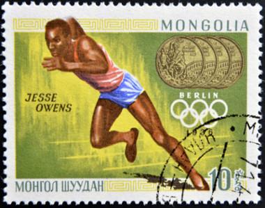Jesse Owens, velocista negro estadunidense que disputou as Olimpíadas de Berlim em 1936 *