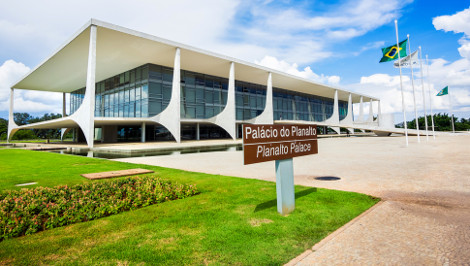 A frente do Palácio do Planalto conta com espelho d'água, rampa e parlatório