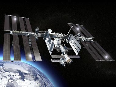 A Estação Espacial Internacional orbita a Terra