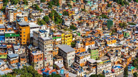 As moradias na favela não são iguais. Enquanto algumas têm pouca estrutura, outras são feitas de alvenaria e materiais mais seguros