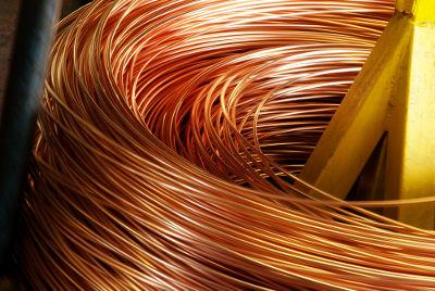 Um metal, como o cobre, pode ser utilizado para a produção de fios