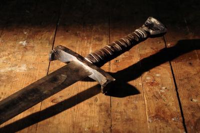 A lâmina de uma espada é feita a partir de um metal