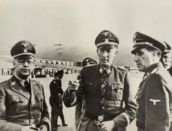 Os arquitetos do holocausto: Heirinch Himmler (à esquerda) e Reinhard Heydrich (ao centro) em Paris, em 1940 **