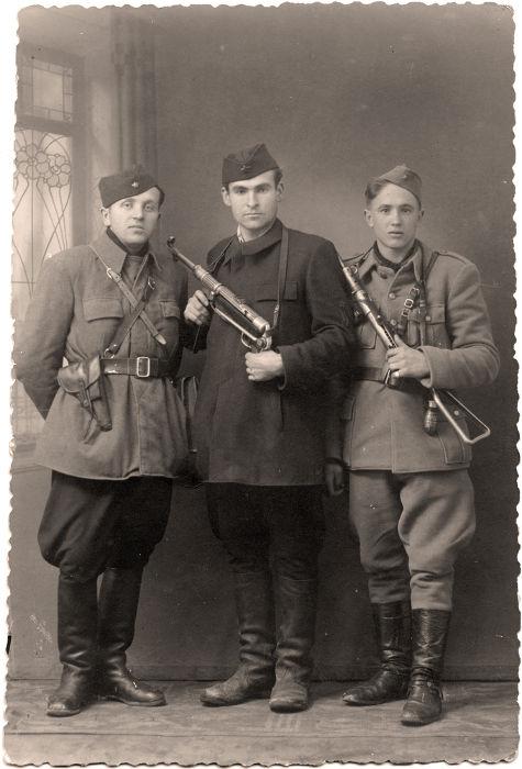 Partisans armados para o combate. A data da foto é desconhecida