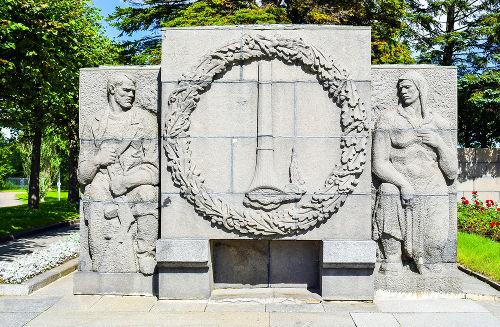 Monumento em homenagem às vítimas que morreram durante o cerco de Leningrado na 2ª Guerra Mundial*