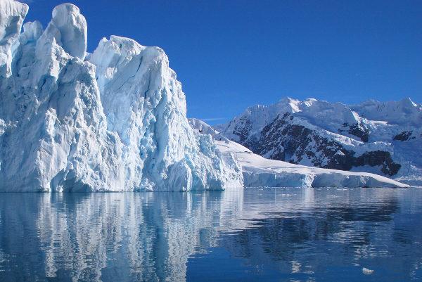 A água é encontrada no ambiente nas formas sólida, líquida e de vapor de água.