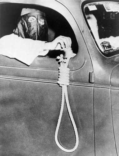 Membro do Klan segurando uma forca, um dos mecanismos que utilizavam para assassinar suas vítimas.