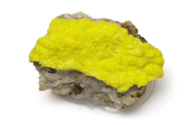 O urânio é encontrado na natureza em forma de minério. Acima, há a imagem de uma autunita, um mineral radioativo que contém urânio.