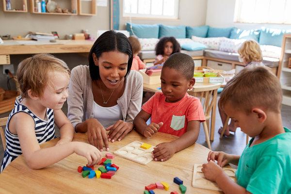 Nas séries iniciais, o professor deve optar por estratégias de ensino-aprendizagem que garantam a visualização do que está sendo ensinado.