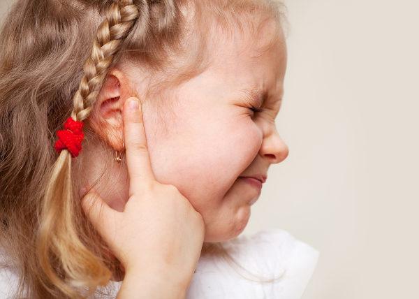Entre os sintomas da otite externa, temos dor, produção de secreção e coceira.