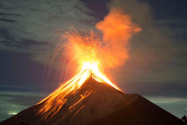 A violência das explosões durante erupções vulcânicas é decorrente do empuxo sobre as bolhas de gás confinadas no magma.