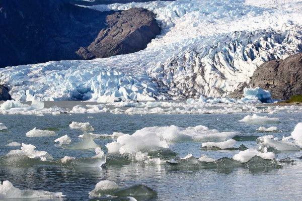 Uma das principais consequências do aquecimento global é o derretimento das calotas polares e o consequente aumento do nível dos oceanos.