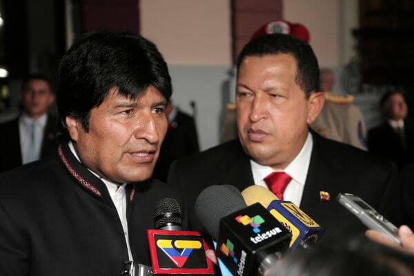 Durante seu governo, Hugo Chávez procurou reforçar os laços com os países vizinhos, como a Bolívia, governada pelo presidente Evo Morales.**