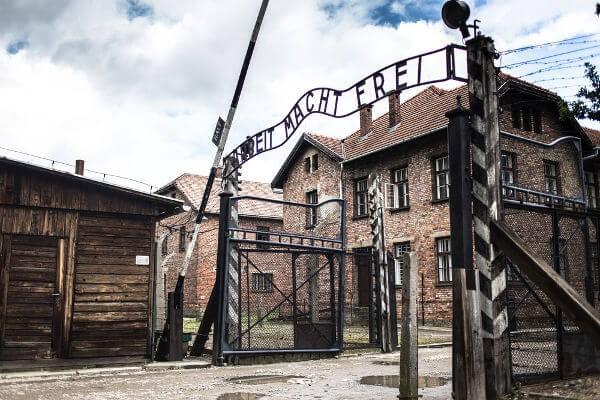 """Entrada de Auschwitz, campo de extermínio responsável pela morte de 1,2 milhão de pessoas. No portal está escrito """"o trabalho liberta"""".***"""