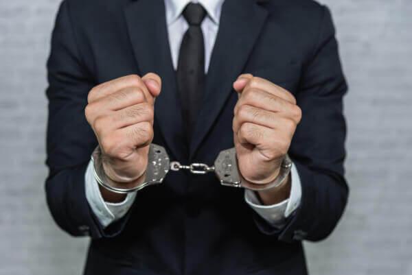 A prisão dos envolvidos em esquemas de laranjas é uma das punições, embora ocorra raramente.