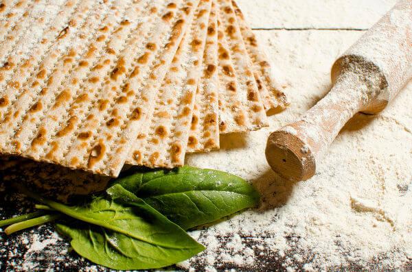 Pão não fermentado (pão ázimo) que é utilizado pelos hebreus durante o Sêder.