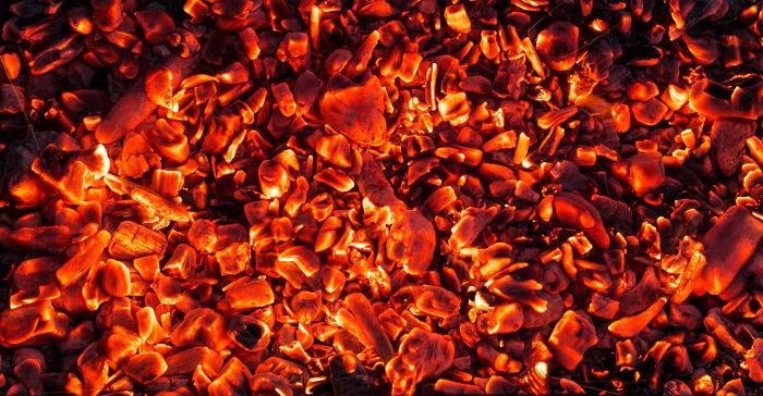 A luz emitida pelo carvão em brasa é obtida pela termoluminescência.