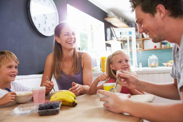 Alimentar-se, sempre que possível, com companhia está entre os passos para se ter uma alimentação saudável.