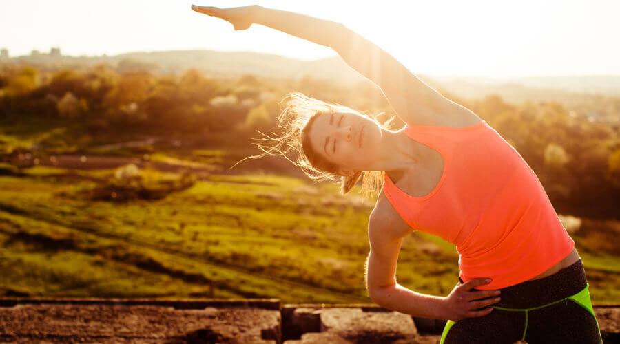 A prática de atividades físicas melhora a autoestima e alivia o estresse.