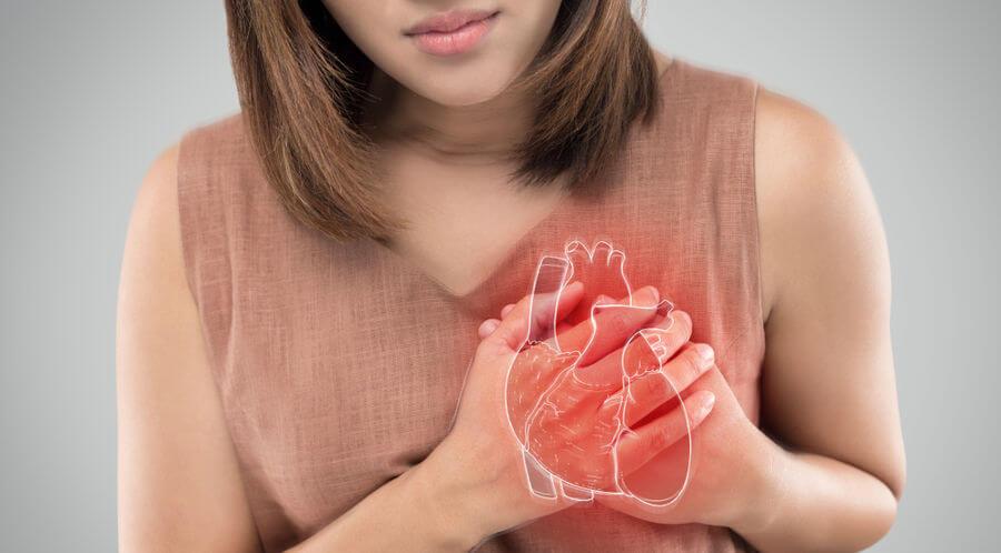 Apesar da dor no peito ser comum, em mulheres esse sintoma nem sempre é o principal.
