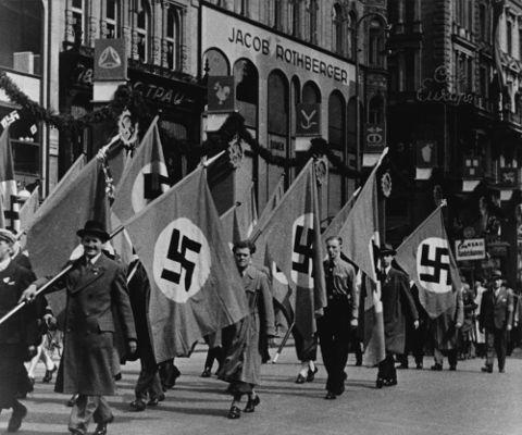 A humilhação imposta à Alemanha pelo Tratado de Versalhes deu margem para o surgimento do Nazismo.*