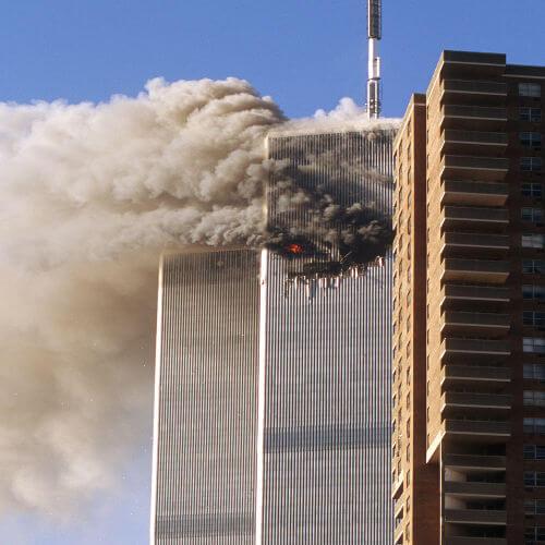 No 11 de setembro, o World Trade Center foi atacado por aviões sequestrados por terroristas da Al-Qaeda.***