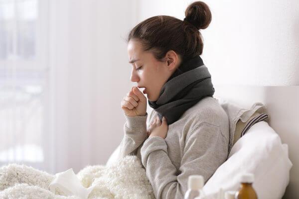 Uma pessoa com bronquite pode apresentar mal-estar, tosse e falta de ar.