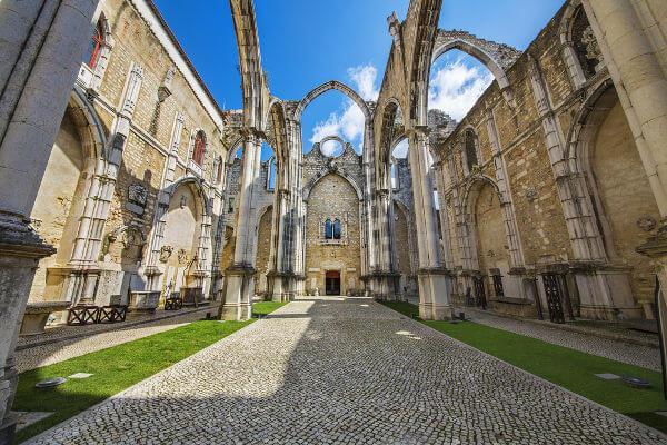O Convento do Carmo é um dos grandes símbolos da destruição causada em Lisboa no terremoto de 1755.