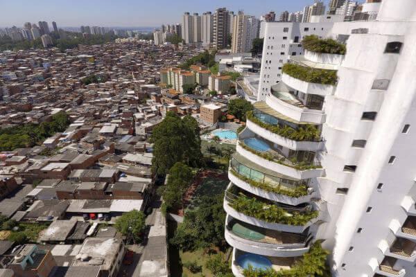 Do lado esquerdo, há parte da favela de Paraisópolis; do lado direito, há um dos condomínios de luxo da região do Morumbi, em São Paulo.