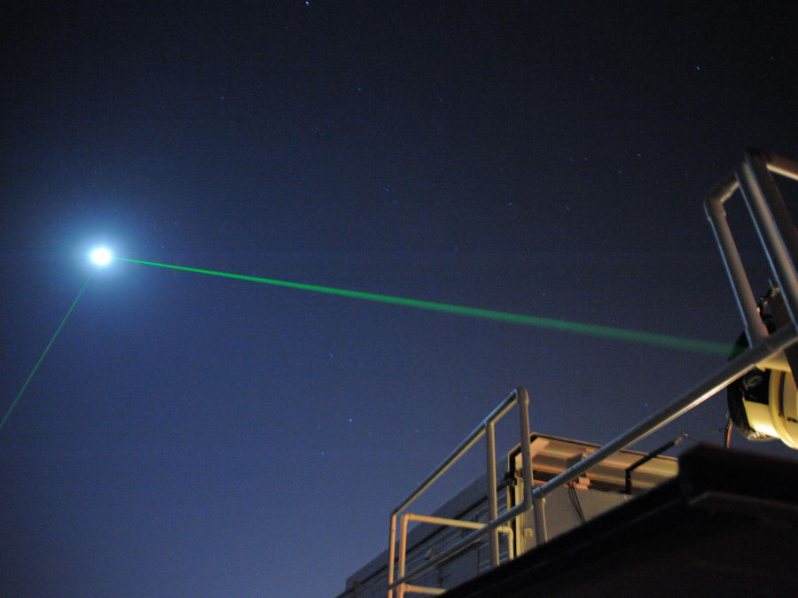 O laser na foto está sendo emitido em direção à LRO e, em seguida, refletido. (Créditos da imagem: Nasa)