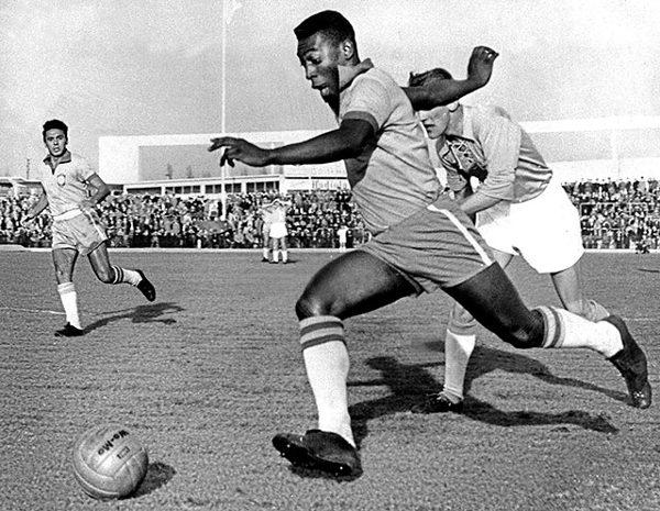 Pelé em jogo, na Suécia, em 1960. [7]