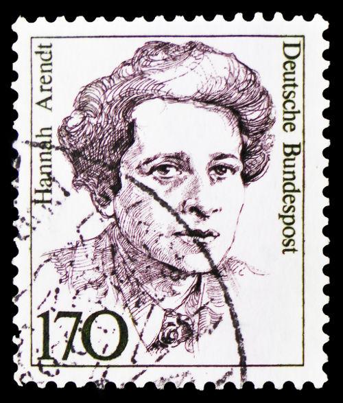 Selo impresso na Alemanha estampa o rosto de Hannah Arendt, que escreveu o livro Origens do Totalitarismo. [2]
