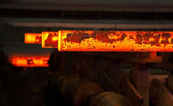 A temperatura da barra de ferro pode ser estimada pelas leis de Stefan-Boltzmann e Wien.