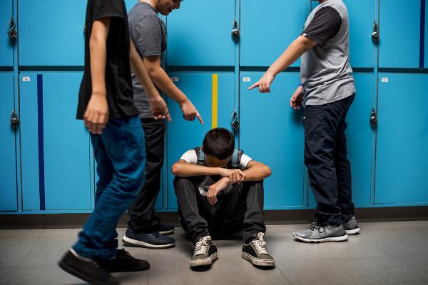 O bullying consiste em agressões e intimidações constantes.