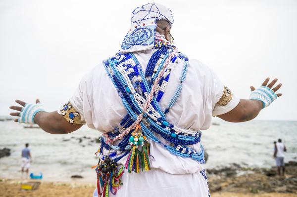 Líder religioso candomblecista usando as vestes comuns de sua religião.