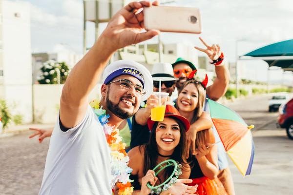 O carnaval é uma das principais manifestações culturais brasileiras.