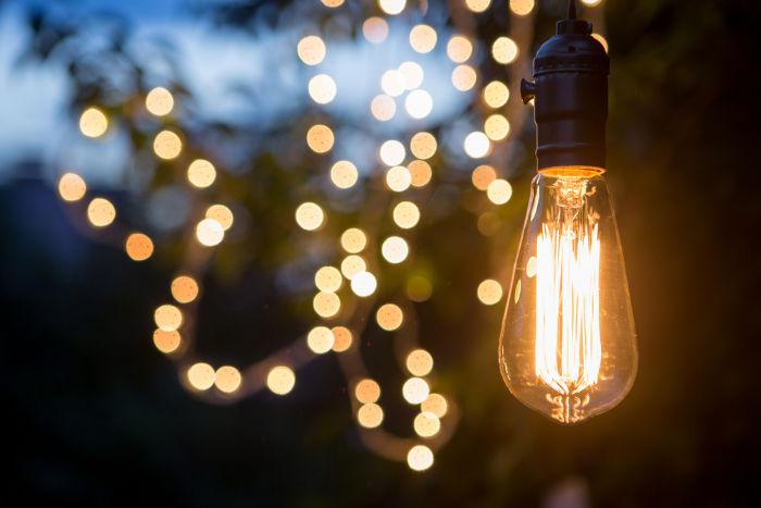 Nas lâmpadas incandescentes observam-se os efeitos térmicos e luminosos da corrente elétrica.