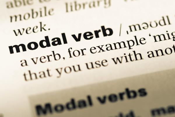 Can, may, might, shall, must são alguns exemplos de verbos modais.