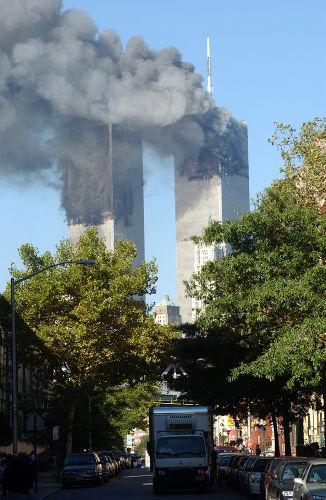 Torres Gêmeas em chamas durante o 11 de setembro.**
