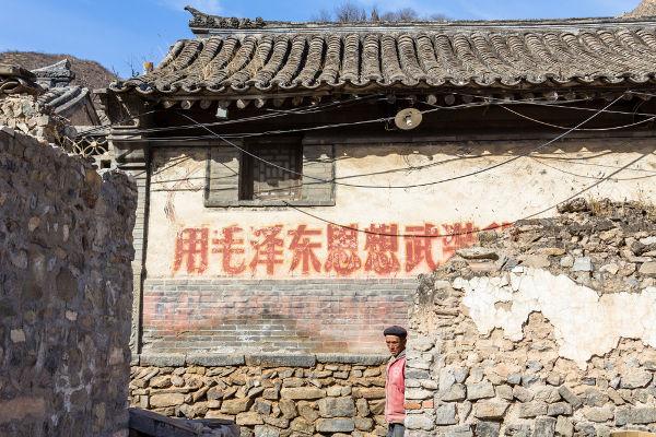 Ainda hoje, algumas cidades do interior da China possuem inscrições realizadas no período da Revolução Cultural, como esta localizada em Chuandixia.