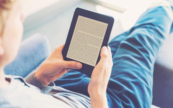 Aparelhos específicos para a leitura de livros digitais ganharam mercado entre os jovens. [3]