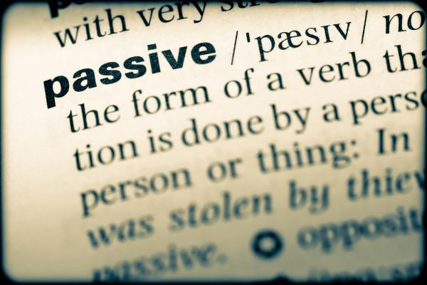 A voz passiva enfatiza o objeto de uma frase.