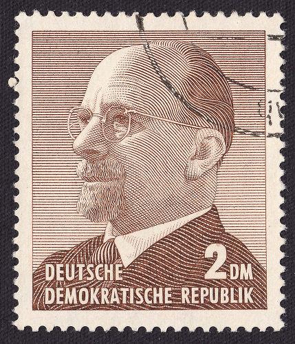 O líder da Alemanha Oriental, Walter Ulbricht, solicitou à URSS a autorização para construir o Muro de Berlim.[2]